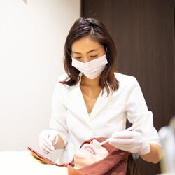 患者様に治療を行う歯科医師